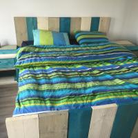 Bed steigerhout opgemaakt